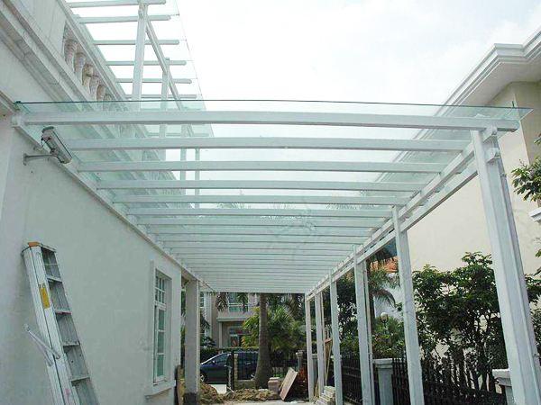 与挑檐都是咱们日子中常使用到的遮蔽的设备。那么,这两种产品都有哪些特色呢?接下来就让咱们小编来给您介绍一下。 1、首先方位不同是最明显的区别,雨棚是建筑物出入口上方的水平挡雨构件,有些有立面造型,一般设于首层;挑檐是建筑物檐口处外挑的构件兼有挡雨和装饰、组织排水的作用,均设于屋面;再者从规模上说,雨棚只是出入口处的一小段,而挑檐则一般环绕建筑物屋面边际一周。 2、挑檐一般在屋顶层上是四周分布的,而雨蓬是在门口上方的。 3、宽度超越50CM一般就按雨蓬计算了,挑檐在50CM以内,其1.